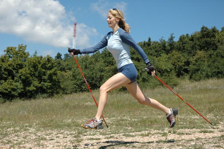 Nordic walking - mindenki látott már a hosszú hegyes vagy kopogós végű fémbotokkal gyalogló embereket, akik tetőtől talpig megmozgatják a testüket.