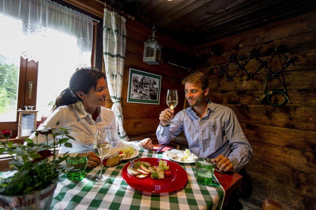 Essen-Trinken-in-der-Murauer-Huette-auf-der-Frauenalpe-Region-Murau_Steiermark-Tourismus_Tom-Lamm_2