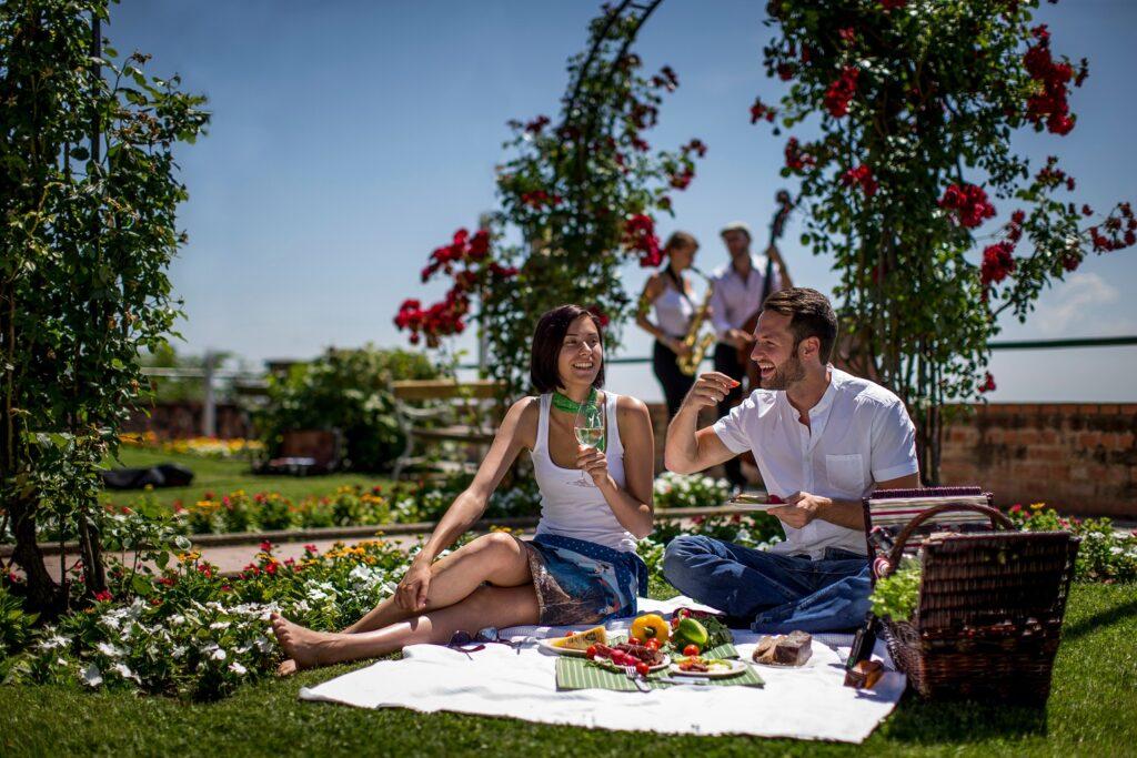Picknicken-am-Schlossberg-in-Graz_Graz-Tourismus_Tom-Lamm_2
